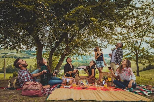Grupo de amigos comiendo en la naturaleza