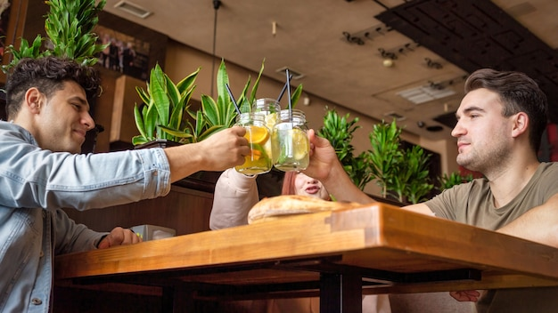 Un grupo de amigos descansando en un pub. comer, beber, comida en la mesa. amistad