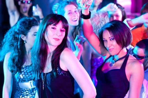 Grupo de amigos en discoteca