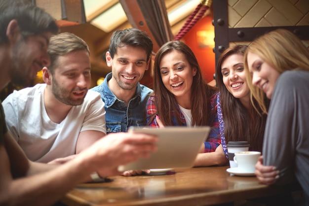 Grupo de amigos disfrutando en una cafetería.