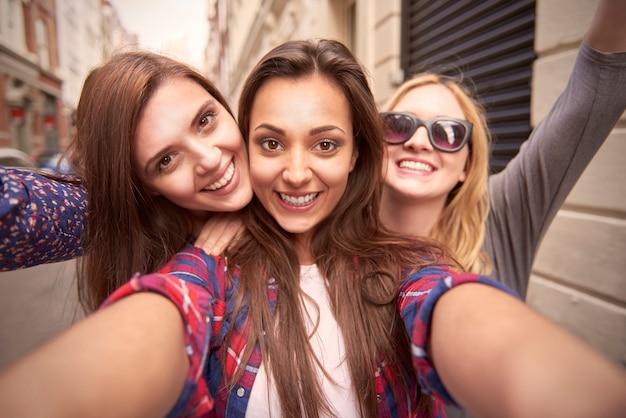 Grupo de amigos disfrutando en la calle