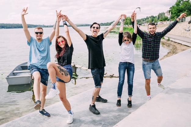 Grupo de amigos disfrutando cerca del lago