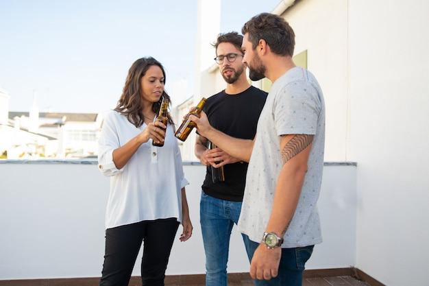 Grupo de amigos disfrutando de la fiesta y bebiendo cerveza