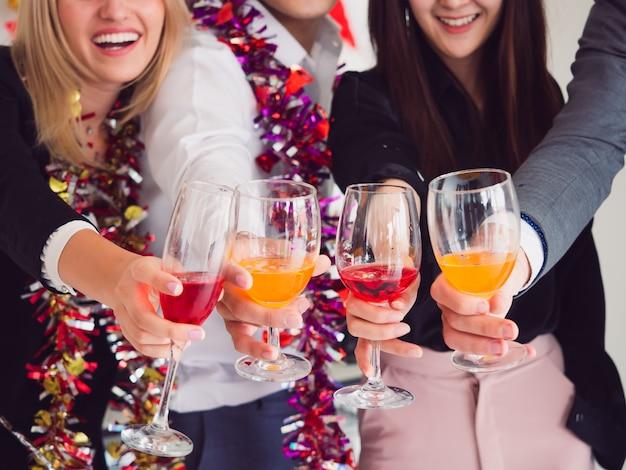 Grupo de amigos disfrutando de la fiesta en casa, fiesta después del trabajo.