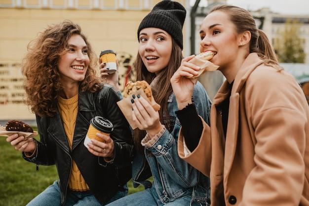 Grupo de amigos disfrutando juntos de dulces
