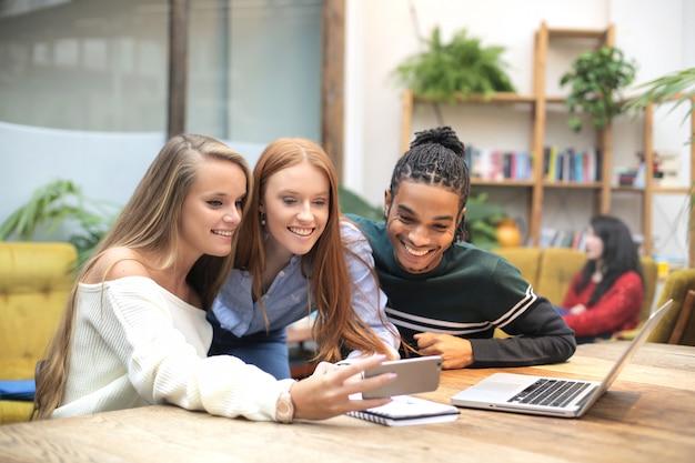 Grupo de amigos disfrutando de su tiempo mientras trabajan juntos