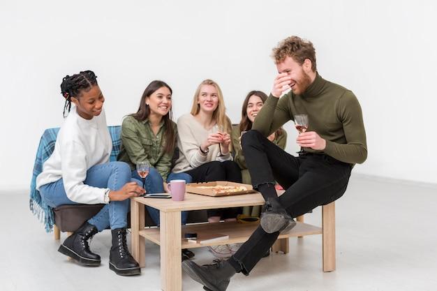 Grupo de amigos disfrutando el tiempo juntos