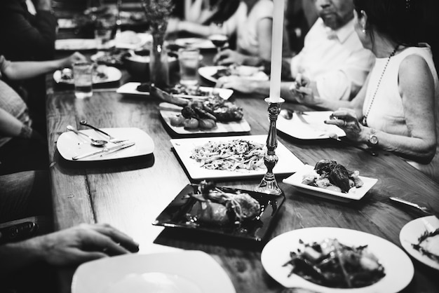Grupo de amigos diversos cenando juntos