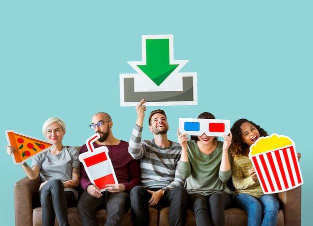 Grupo de amigos diversos y concepto de descarga de películas.