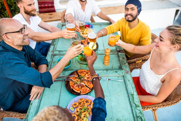 Grupo de amigos diversos se reúnen