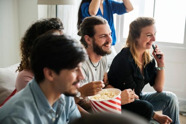 Grupo de amigos diversos viendo la película juntos