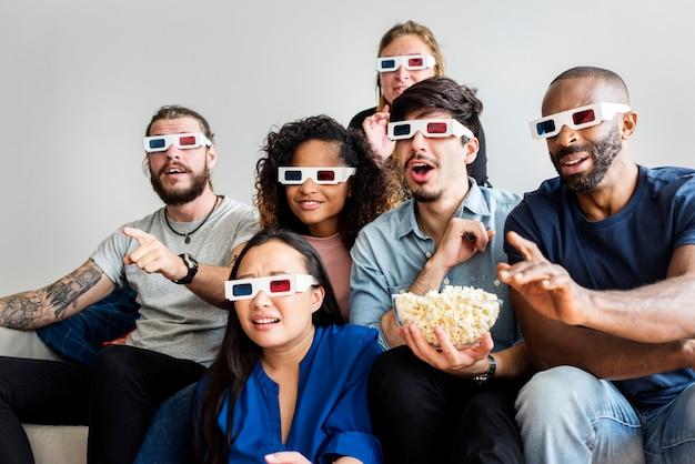 Grupo de amigos diversos viendo películas en 3d juntos.