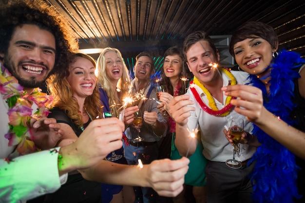 Grupo de amigos divirtiéndose en el bar