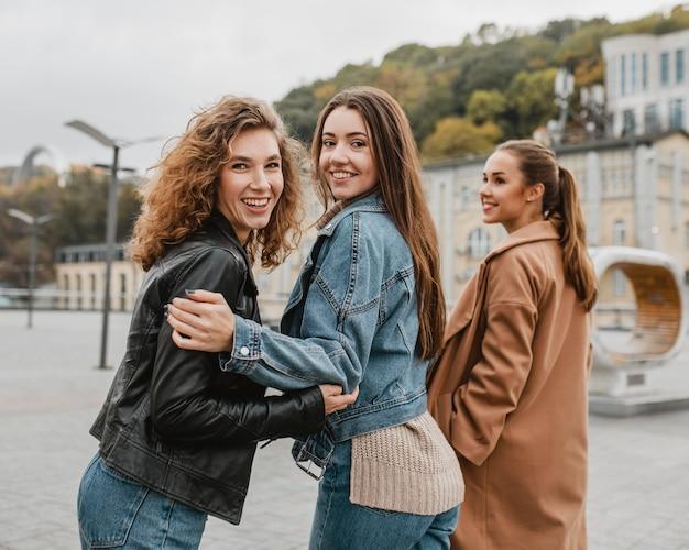 Grupo de amigos divirtiéndose juntos
