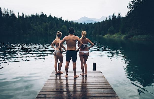 Grupo de amigos divirtiéndose en el lago por la mañana