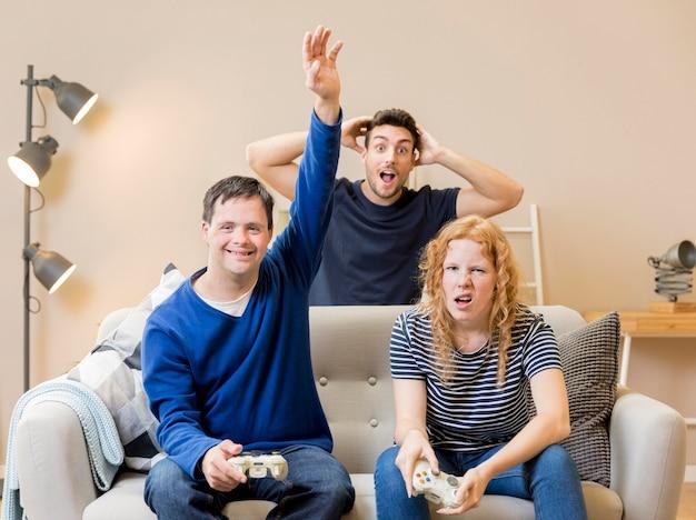Grupo de amigos divirtiéndose mientras juegan videojuegos