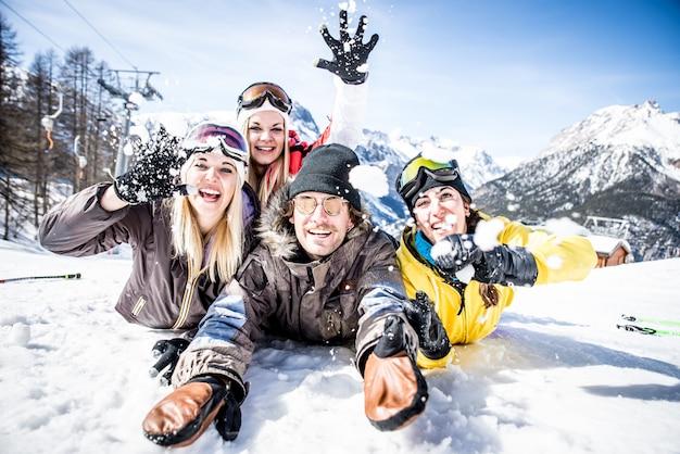 Grupo de amigos divirtiéndose en la nieve.