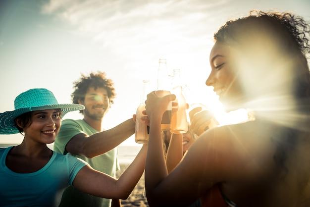 Grupo de amigos divirtiéndose en la orilla del mar