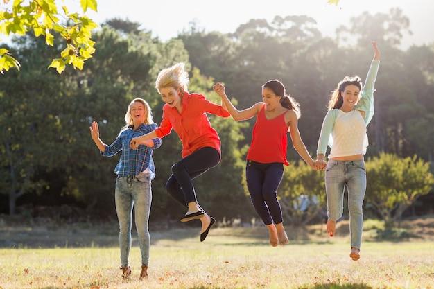 Grupo de amigos divirtiéndose en el parque