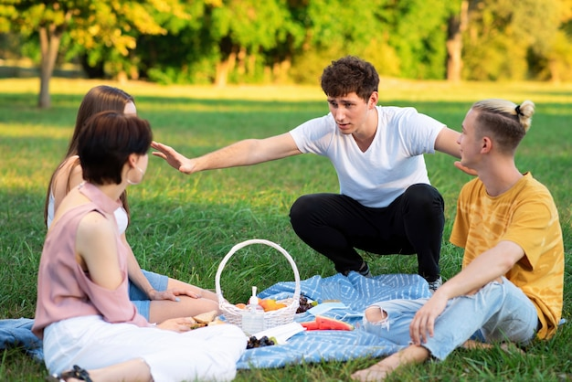 Grupo de amigos divirtiéndose en un picnic