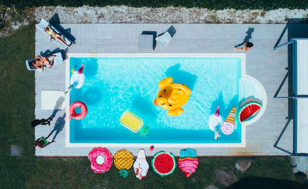 Grupo de amigos divirtiéndose en la piscina