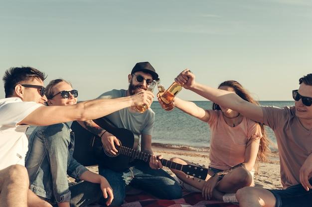 Grupo de amigos divirtiéndose en la playa.