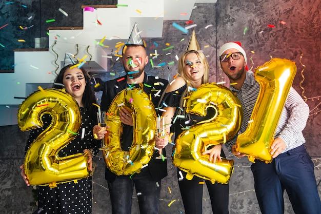 Grupo de amigos divirtiéndose en la víspera de año nuevo