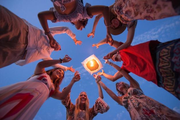 Grupo de amigos encendiendo linternas