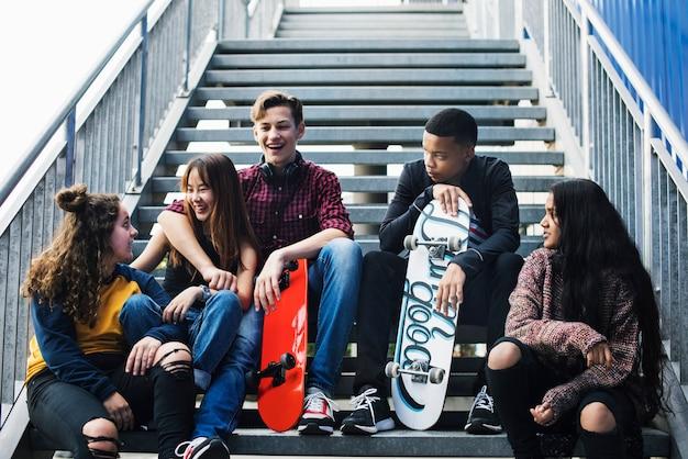 Grupo de amigos de la escuela al aire libre estilo de vida y después de la escuela concepto de lugar de reunión
