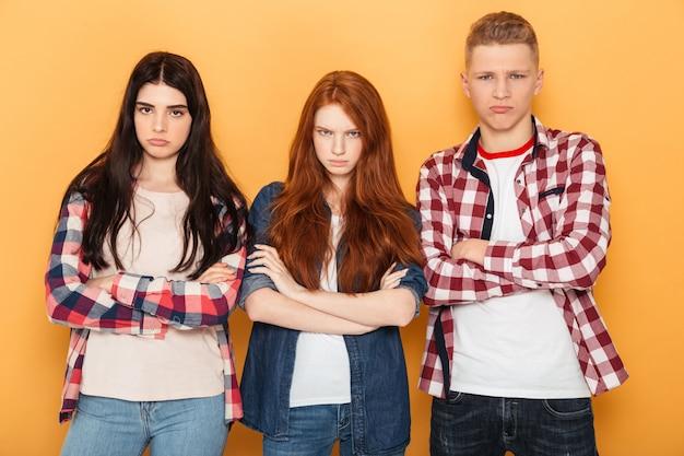 Grupo de amigos de la escuela molestos