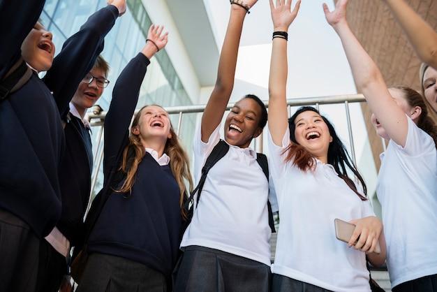 Grupo de amigos de estudiantes sonriendo juntos