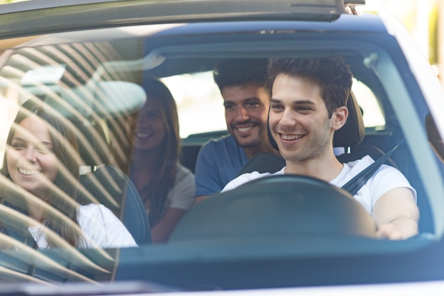 Grupo de amigos felices en un coche