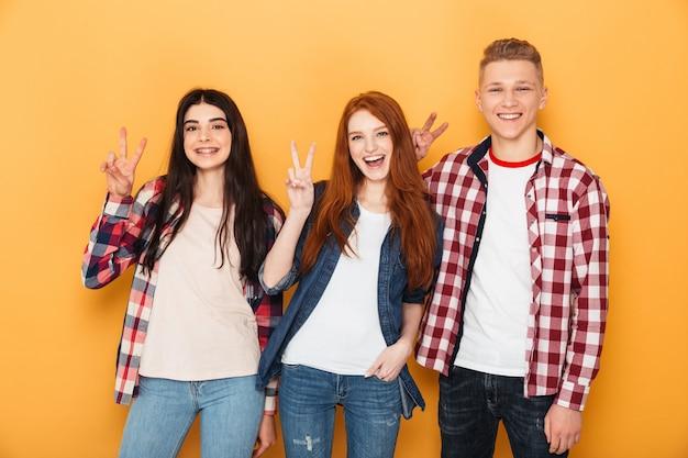 Grupo de amigos felices de la escuela