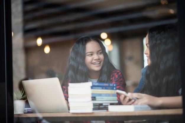 Grupo de amigos felices estudiantes hablando de conocimiento en el café