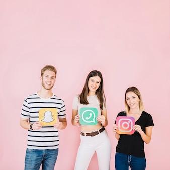 Grupo de amigos felices con varios iconos de redes sociales