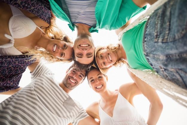 Grupo de amigos formando un grupo contra el cielo