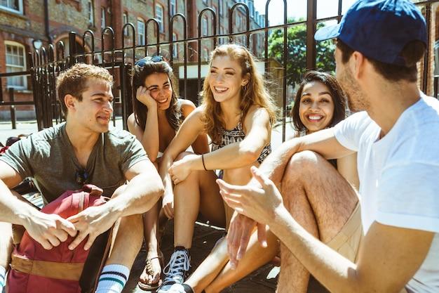 Grupo de amigos hablando y divirtiéndose.