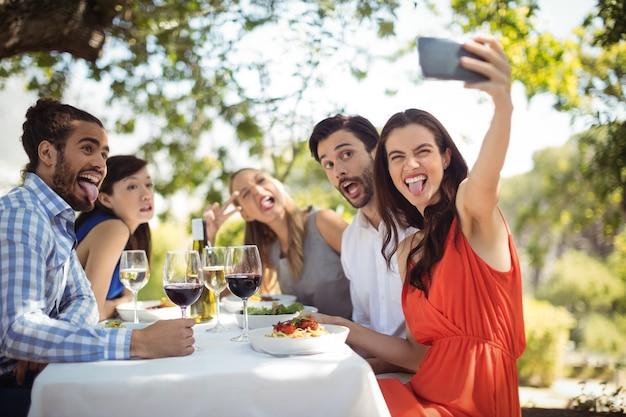Grupo de amigos haciendo clic en un selfie
