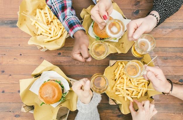 Grupo de amigos haciendo picnic al aire libre