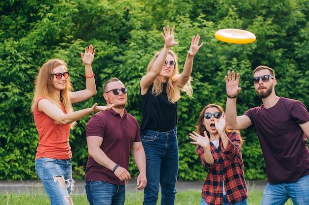 Grupo de amigos jugando frisbee