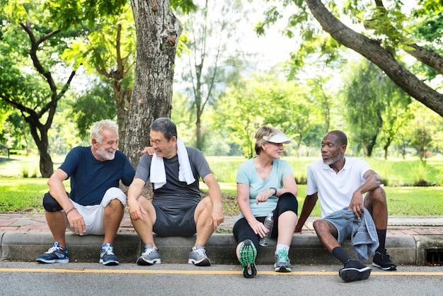 Grupo de amigos mayores que se relajan juntos después de un ejercicio