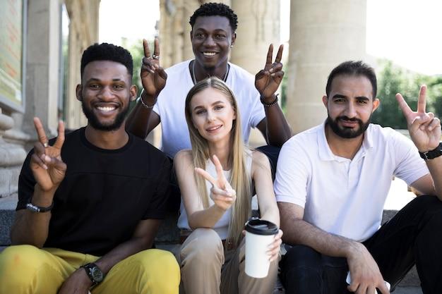 Grupo de amigos mostrando la paz