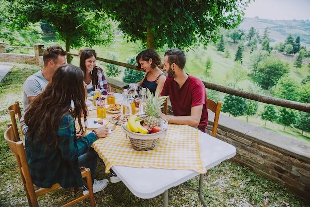 Grupo de amigos pasando tiempo haciendo un picnic