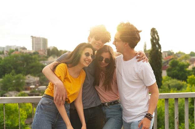 Grupo de amigos pasando tiempo juntos al aire libre en la ciudad