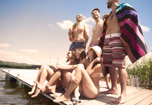 Grupo de amigos pasando vacaciones en el lago