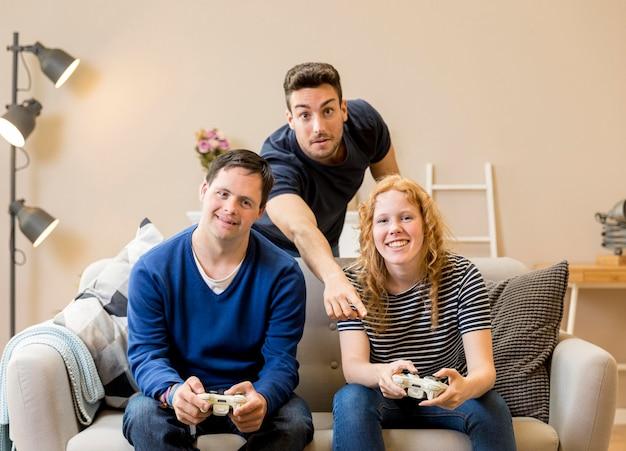 Grupo de amigos que disfrutan jugando videojuegos