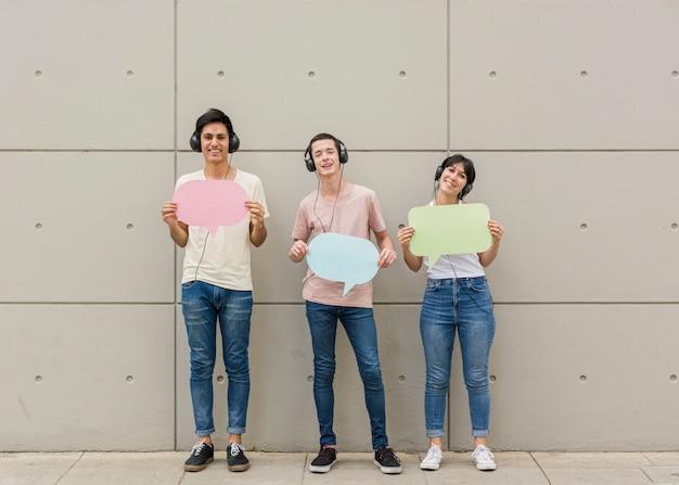 Grupo de amigos que muestran burbujas de discurso