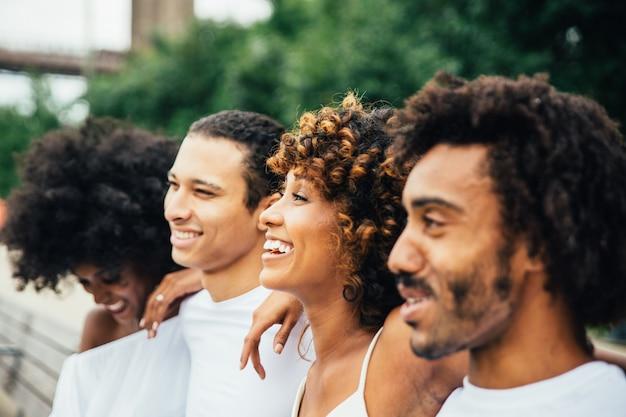 Grupo de amigos que pasan tiempo juntos en la ciudad de nueva york