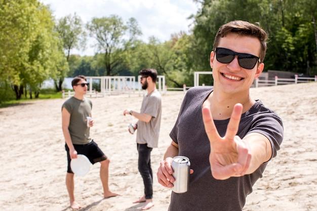 Grupo de amigos que se relajan con bebidas afuera