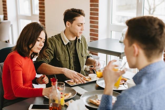 Grupo de amigos en un restaurante